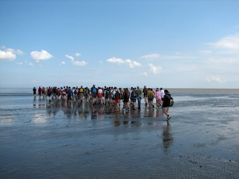 περπάτημα θάλασσας ανθρώπων στοκ εικόνες
