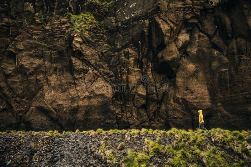 Περπάτημα κάτω από τον απότομο βράχο στοκ φωτογραφία με δικαίωμα ελεύθερης χρήσης