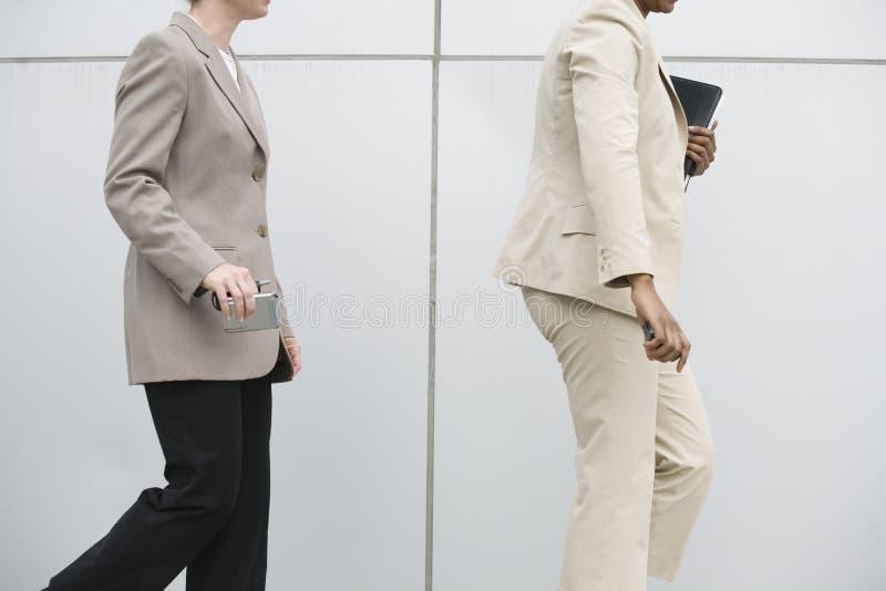 περπάτημα κινητών τηλεφώνων &e στοκ φωτογραφία με δικαίωμα ελεύθερης χρήσης