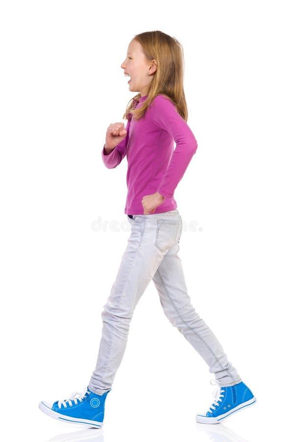 Περπάτημα κοριτσιών γέλιου στοκ φωτογραφίες με δικαίωμα ελεύθερης χρήσης