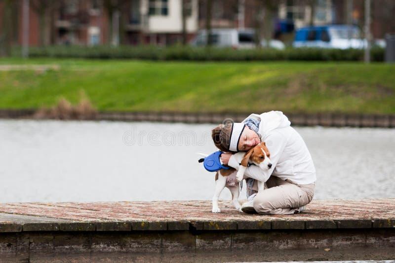 περπάτημα κοριτσιών σκυλ&io στοκ εικόνα με δικαίωμα ελεύθερης χρήσης