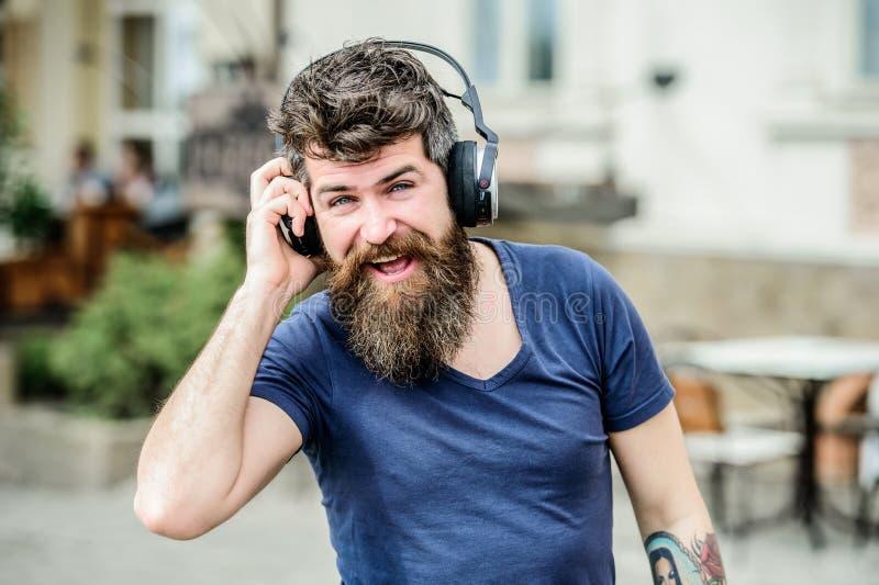 Περπάτημα με τη μουσική Η μουσική κτύπησε για την ενεργητική διάθεση Ρυθμός για τον περίπατο Γενειοφόρος μουσική ακούσματος ακουσ στοκ εικόνα