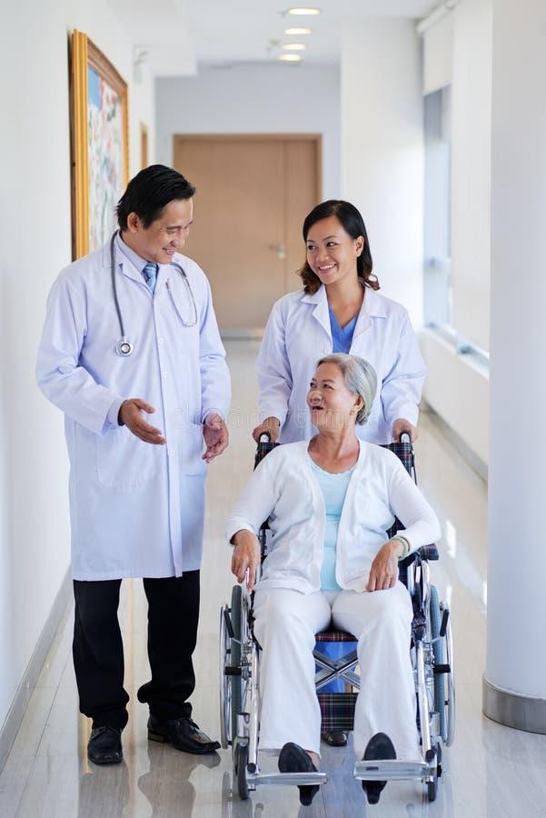 Περπάτημα με τον ασθενή στοκ φωτογραφία με δικαίωμα ελεύθερης χρήσης