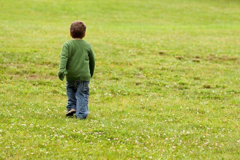 Περπάτημα μικρών παιδιών στοκ φωτογραφία