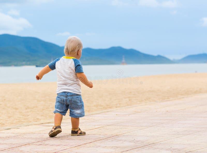 περπάτημα μωρών στοκ εικόνες με δικαίωμα ελεύθερης χρήσης