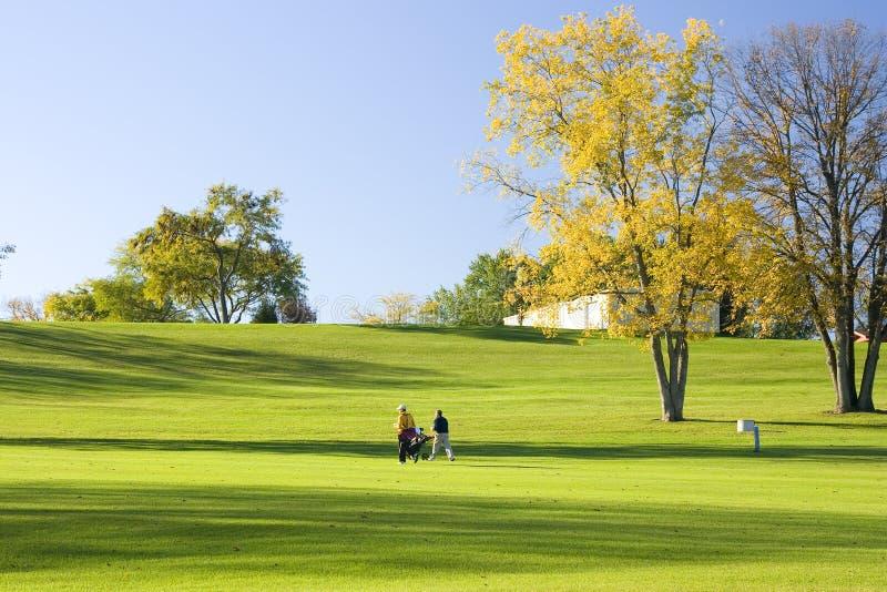 περπάτημα παικτών γκολφ στ& στοκ φωτογραφία