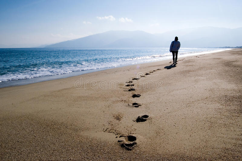 περπάτημα παραλιών στοκ εικόνα με δικαίωμα ελεύθερης χρήσης