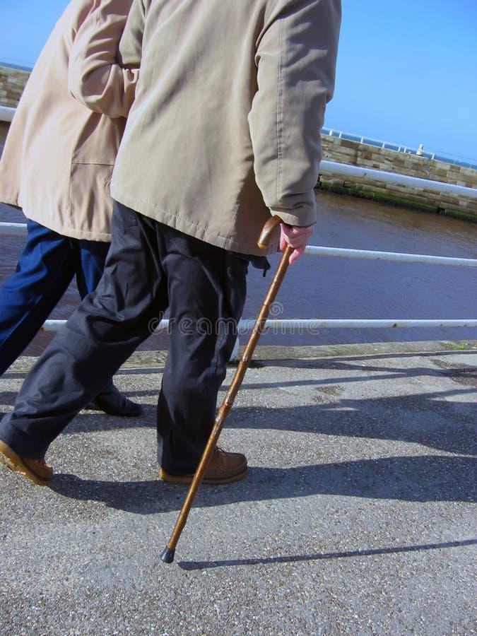 περπάτημα πρεσβυτέρων στοκ φωτογραφίες με δικαίωμα ελεύθερης χρήσης