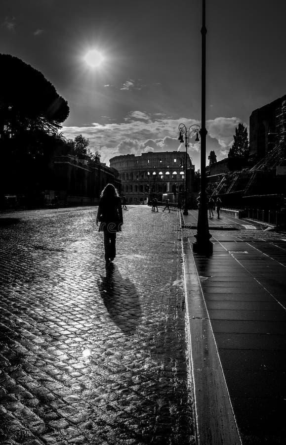 Περπάτημα σε Colosseum στοκ εικόνες
