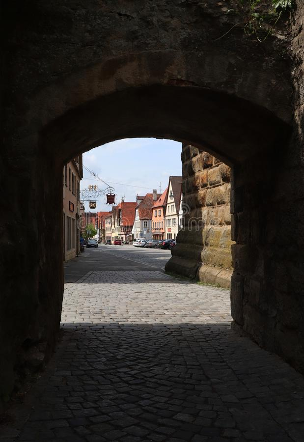 Περπάτημα σε Rothenburg ob der Tauber μέσω του ιστορικού τοίχου στοκ φωτογραφίες με δικαίωμα ελεύθερης χρήσης