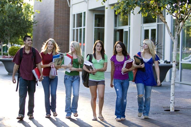 περπάτημα σπουδαστών στοκ φωτογραφία με δικαίωμα ελεύθερης χρήσης