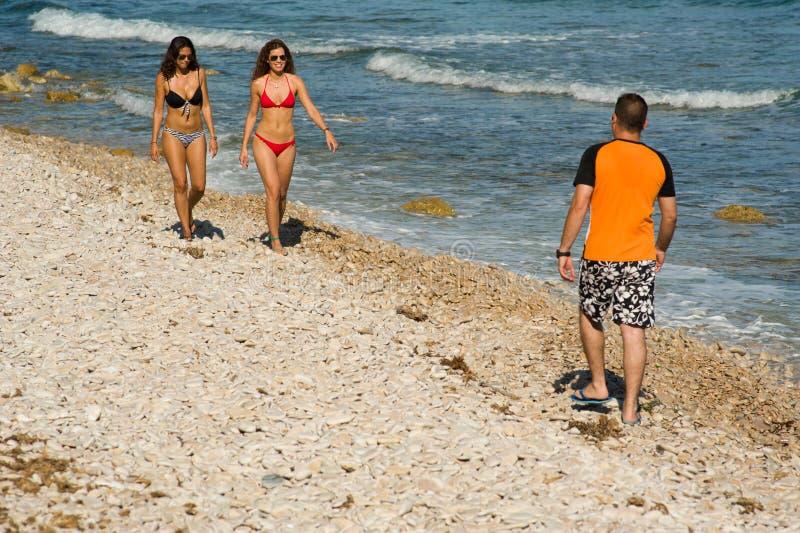 Περπάτημα στην παραλία στοκ εικόνες με δικαίωμα ελεύθερης χρήσης