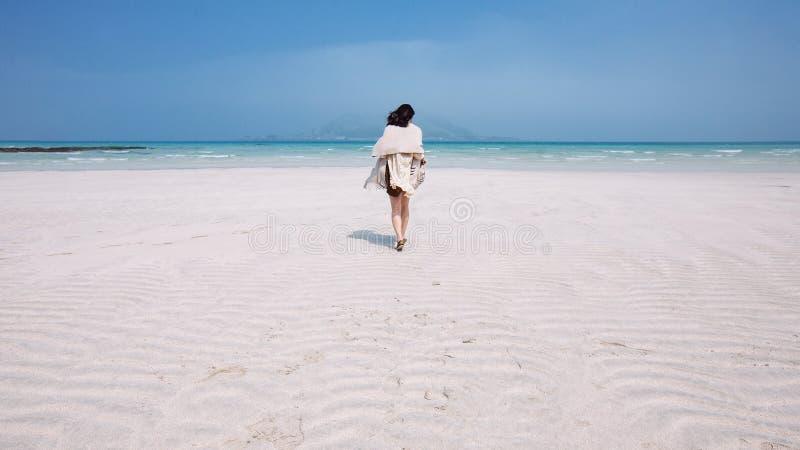 Περπάτημα στην τροπική φυγή στοκ εικόνα με δικαίωμα ελεύθερης χρήσης