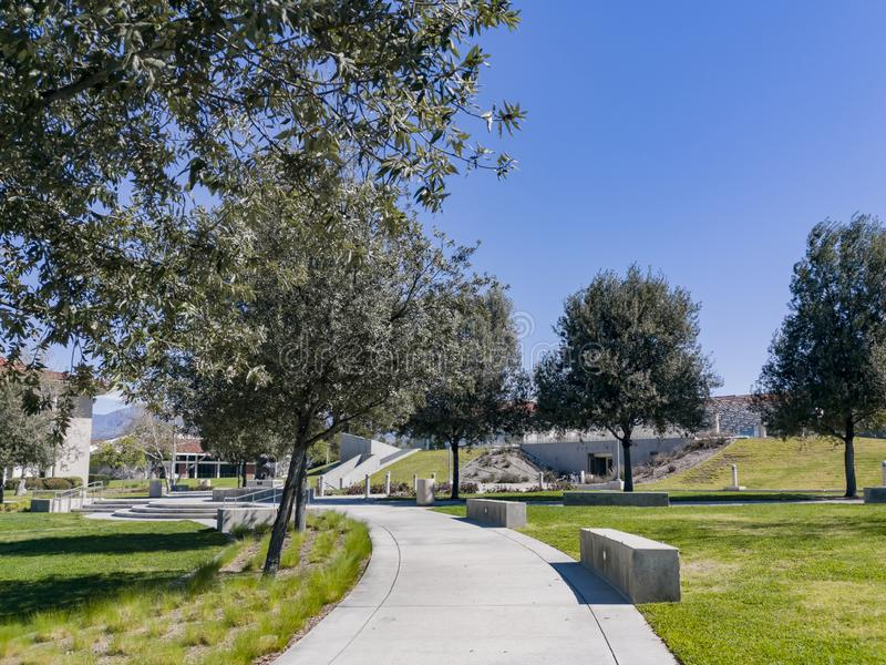Περπάτημα στο πανεπιστήμιο Redlands στοκ εικόνα με δικαίωμα ελεύθερης χρήσης