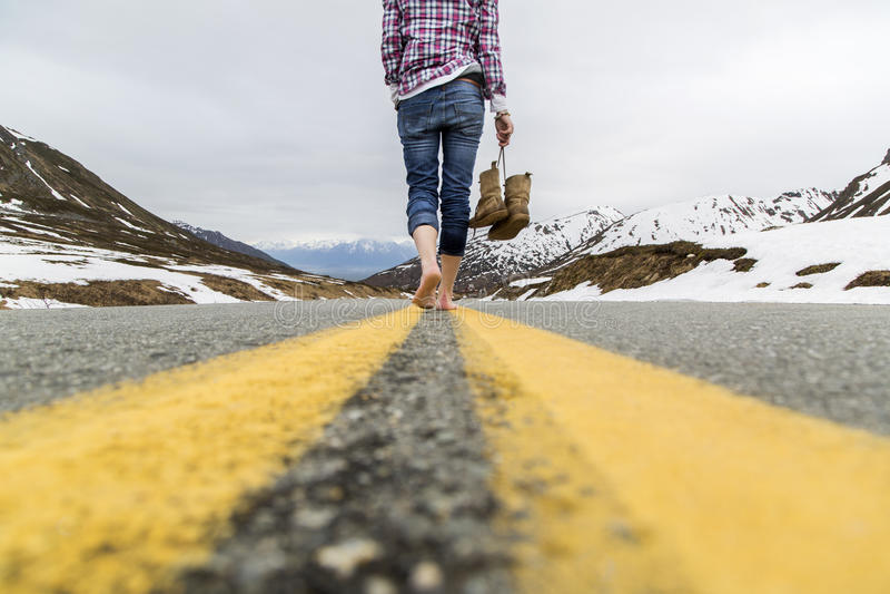 Περπάτημα στο δρόμο στοκ εικόνες