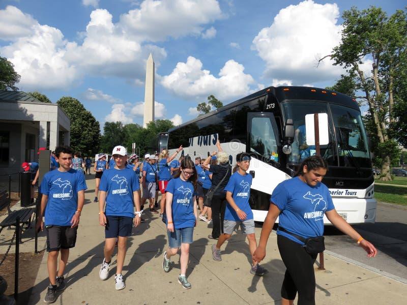 Περπάτημα στο τουριστηκό λεωφορείο τους στοκ φωτογραφία