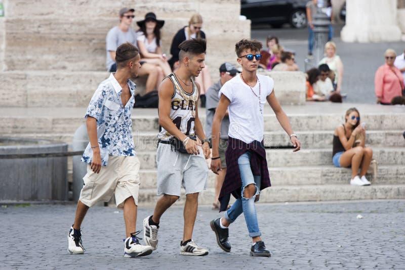 Περπάτημα τριών νέο αγοριών στοκ εικόνα με δικαίωμα ελεύθερης χρήσης