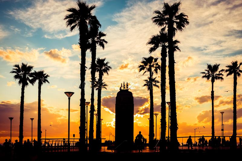 Περπάτημα των σκιαγραφιών ανθρώπων στο ηλιοβασίλεμα στοκ φωτογραφία με δικαίωμα ελεύθερης χρήσης