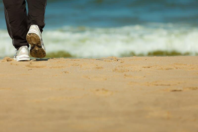 Περπάτημα Jogging Θηλυκά πόδια που στην παραλία στοκ φωτογραφίες