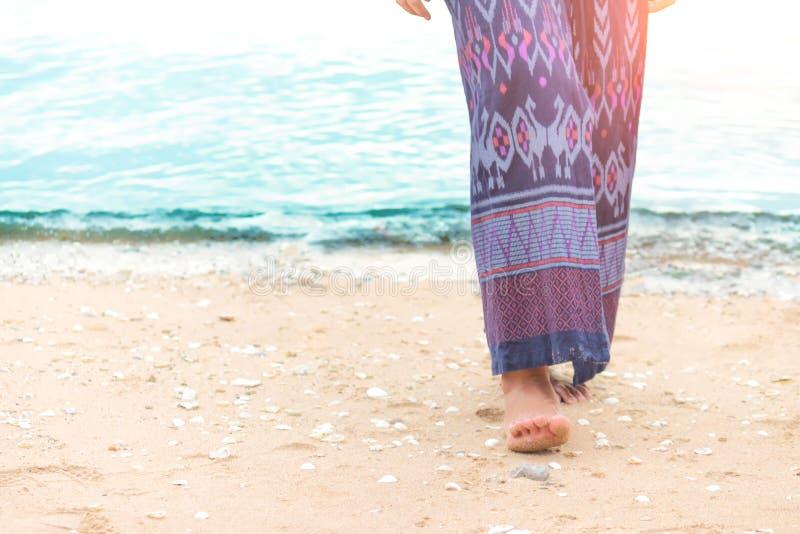 Περπάτημα maldive κάθε ένας στο ηλιοβασίλεμα στοκ φωτογραφία με δικαίωμα ελεύθερης χρήσης