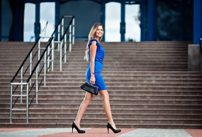 περπατώντας γυναίκα επιχ&ep στοκ εικόνες