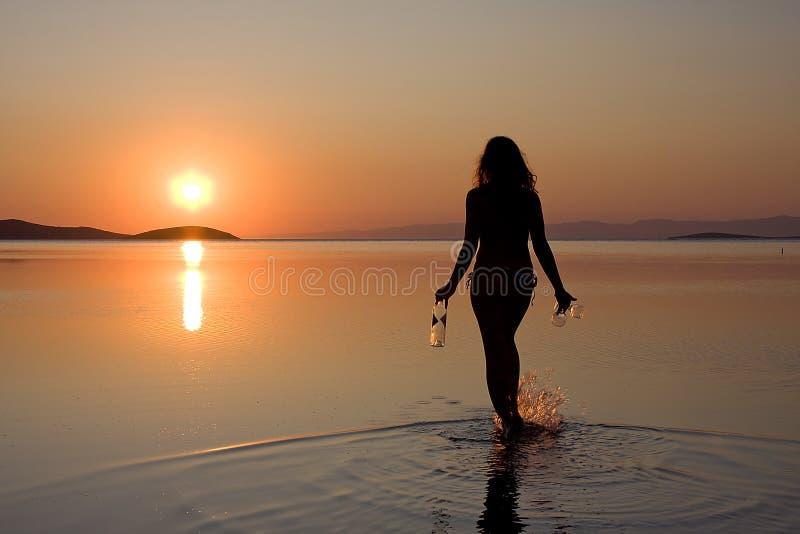 περπατώντας γυναίκα ηλι&omicron στοκ εικόνες με δικαίωμα ελεύθερης χρήσης