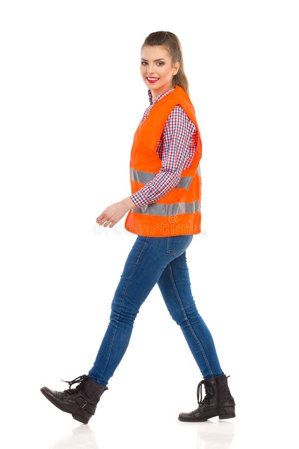 Περπατώντας γυναίκα στην αντανακλαστική φανέλλα στοκ φωτογραφία με δικαίωμα ελεύθερης χρήσης