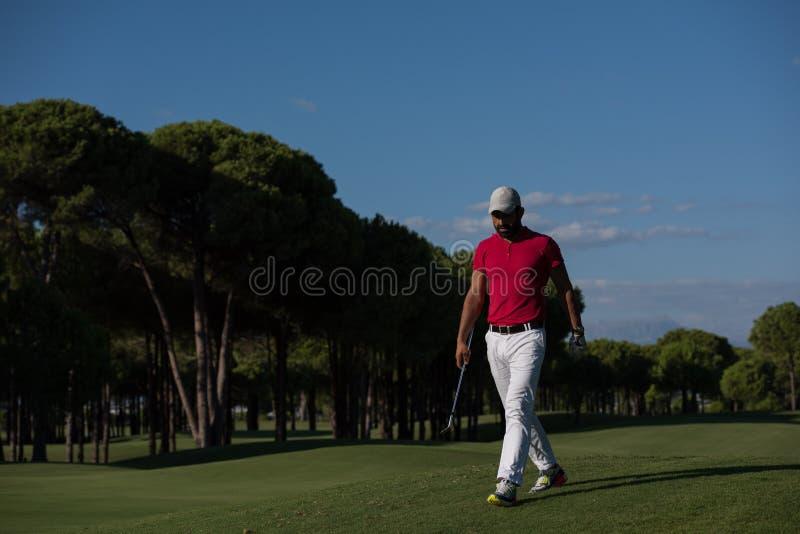 Περπατώντας και φέρνοντας οδηγός φορέων γκολφ στοκ φωτογραφίες