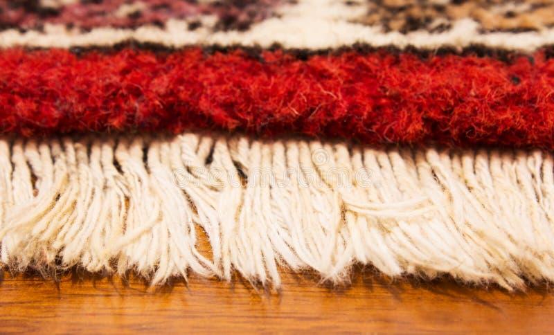 Περσική κουβέρτα στην κρεβατοκάμαρα στοκ φωτογραφίες