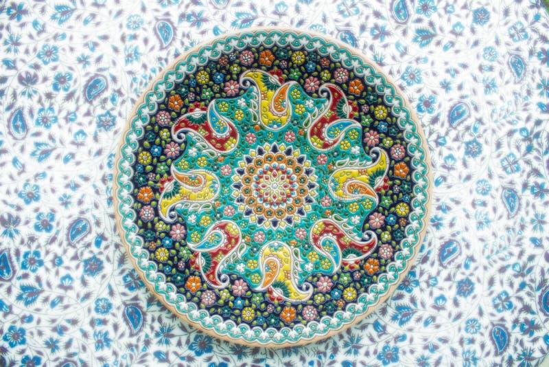 Περσικό σχέδιο στο χειροποίητο πιάτο στοκ φωτογραφίες