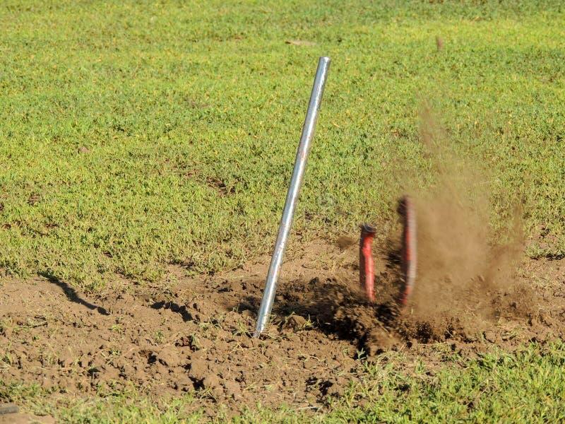 Πεταλοειδής πιθανός κωδωνοκρούστης παιχνιδιών με το πέταγμα ρύπου στοκ φωτογραφία