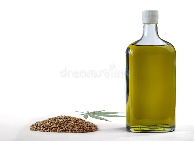 Πετρέλαιο κάνναβης σε ένα μπουκάλι με μια δέσμη των σπόρων μαριχουάνα και ενός φύλλου μαριχουάνα η ανασκόπηση απομόνωσε το λευκό στοκ φωτογραφίες με δικαίωμα ελεύθερης χρήσης