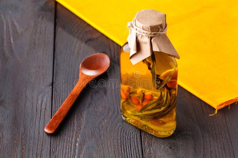 Πετρέλαιο λευκαγκαθιών στα μικρά μπουκάλια Εκλεκτική εστίαση στοκ φωτογραφίες με δικαίωμα ελεύθερης χρήσης