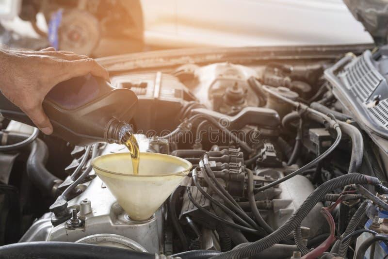 Πετρέλαιο μηχανών επισκευής αυτοκινήτων στοκ εικόνες