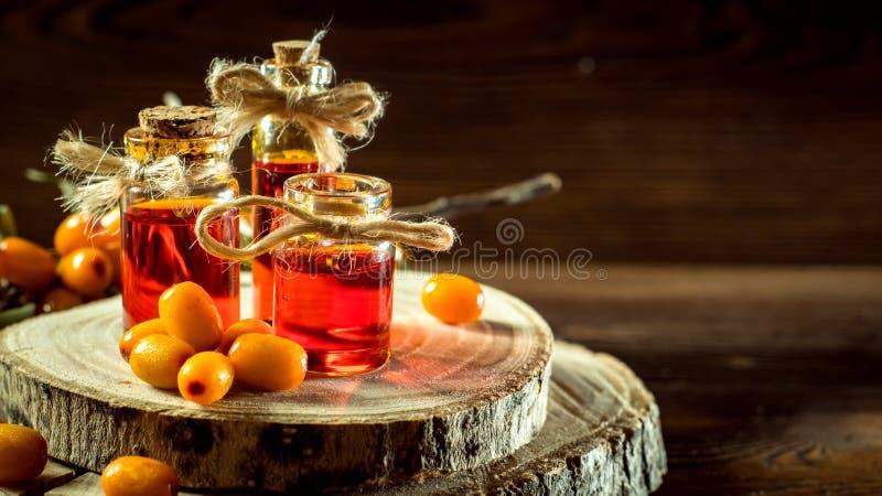 Πετρέλαιο λευκαγκαθιών σε ένα μικρό μπουκάλι στοκ φωτογραφία