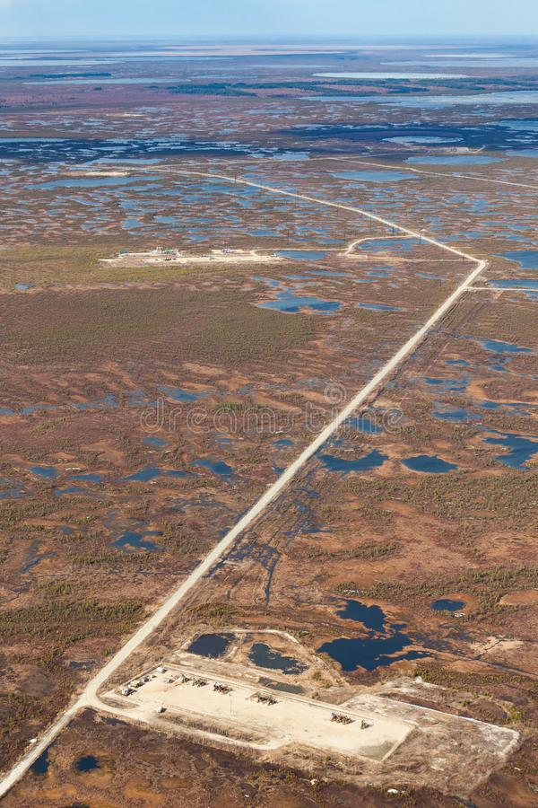 Πετρελαιοφόρος περιοχή στο έλος, τοπ άποψη στοκ εικόνες με δικαίωμα ελεύθερης χρήσης