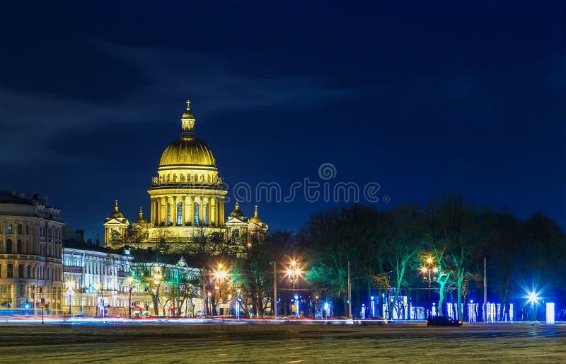Πετρούπολη Ρωσία ST Καθεδρικός ναός Αγίου Isaac και το τετράγωνο παλατιών τη νύχτα Αγία Πετρούπολη, ταξίδι της Ρωσίας Πετρούπολη  στοκ φωτογραφία