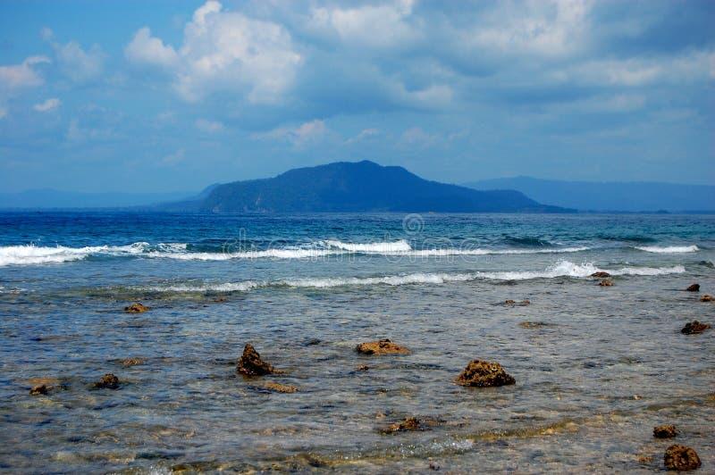 Πετρώδες εν πλω λιμάνι ακτών, Ινδονησία στοκ εικόνα