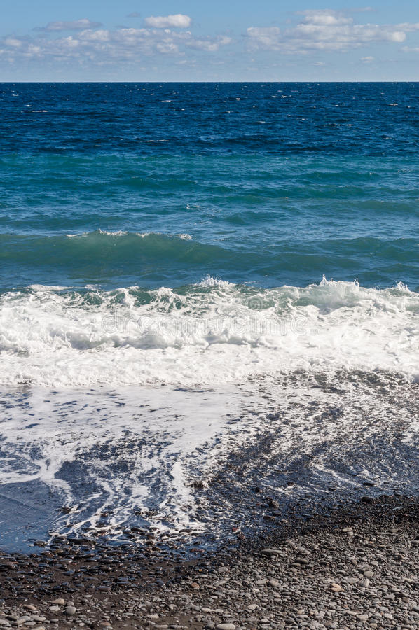 Πετρώδης ακτή και ωκεάνια κύματα στοκ φωτογραφίες με δικαίωμα ελεύθερης χρήσης