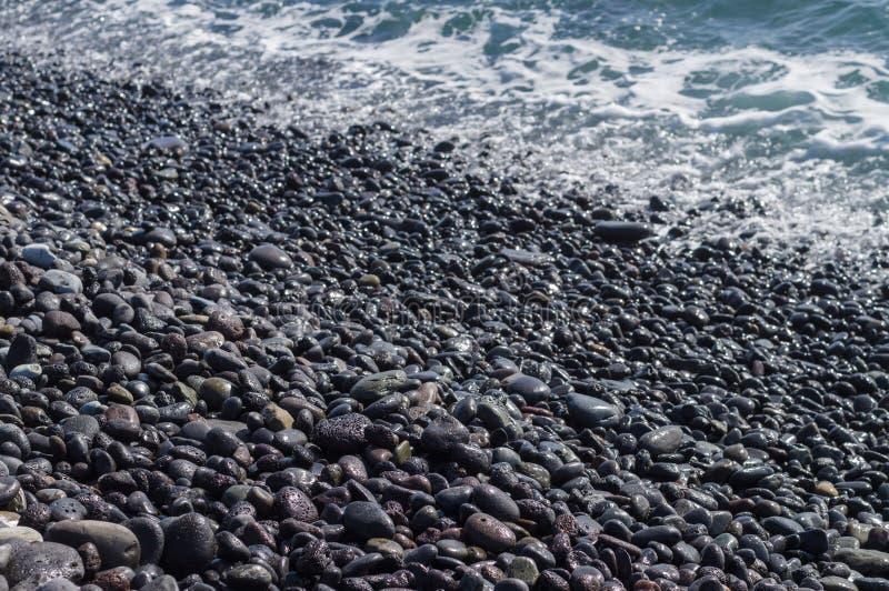 Πετρώδης ακτή, κύμα στο υπόβαθρο στοκ φωτογραφία με δικαίωμα ελεύθερης χρήσης