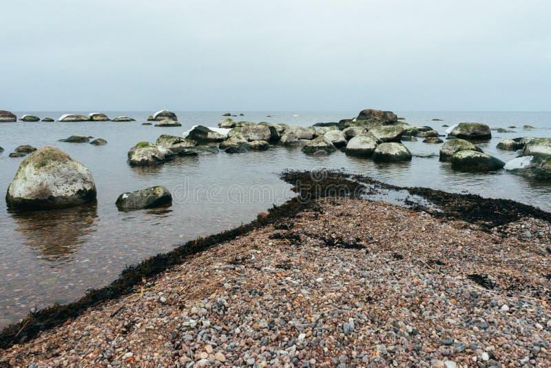 Πετρώδης ακτή της θάλασσας της Βαλτικής μέχρι το χειμώνα στοκ εικόνες με δικαίωμα ελεύθερης χρήσης