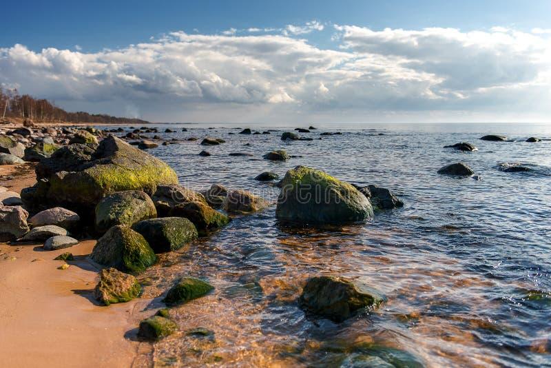 Πετρώδης ακτή της θάλασσας της Βαλτικής μια ηλιόλουστη ημέρα στοκ φωτογραφία