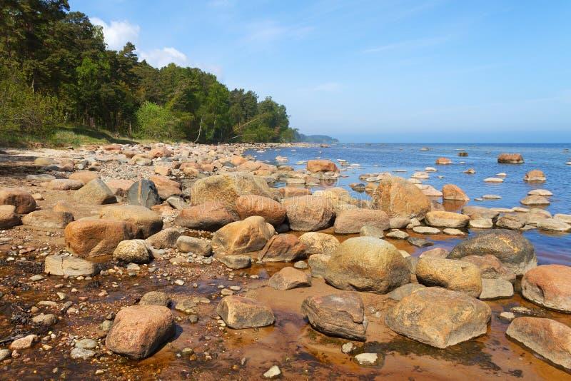 Πετρώδης ακτή της θάλασσας της Βαλτικής στοκ φωτογραφίες
