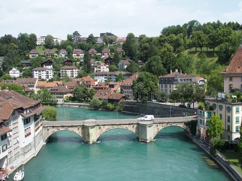 Πετρώδης γέφυρα πέρα από τον καθαρό αλπικό ποταμό Aare στην πόλη της Βέρνης στοκ φωτογραφίες με δικαίωμα ελεύθερης χρήσης