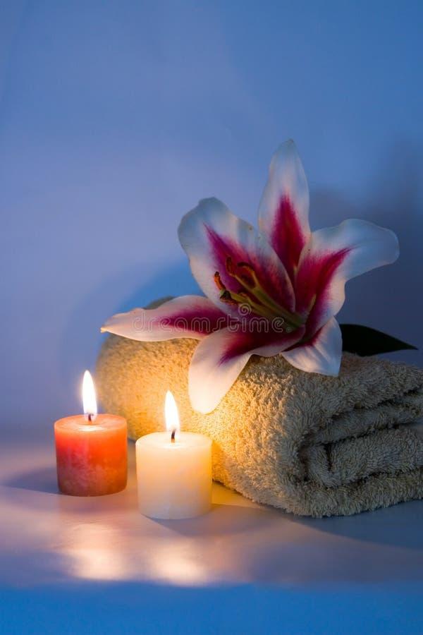 πετσέτα λουλουδιών κεριών στοκ εικόνες με δικαίωμα ελεύθερης χρήσης