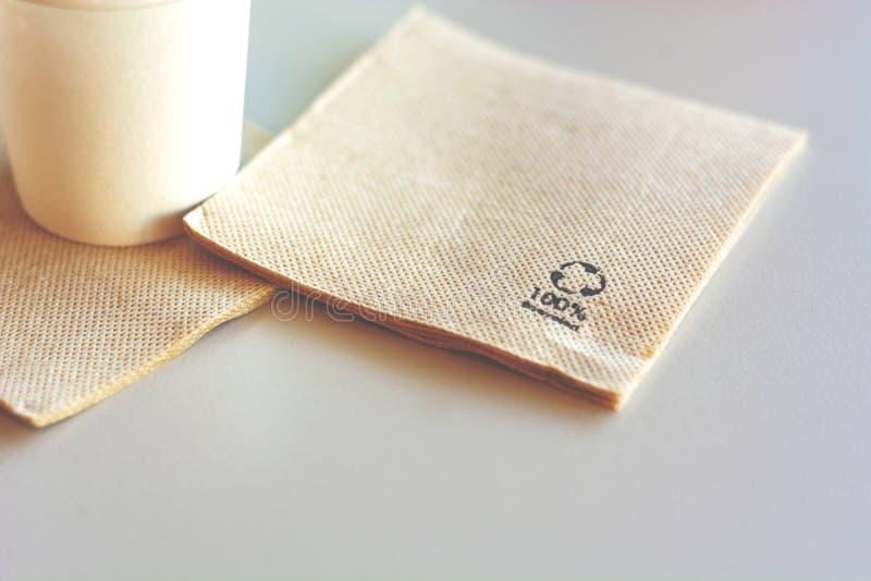 Πετσέτα που γίνεται μίας χρήσης από το ανακυκλωμένο έγγραφο στοκ εικόνες με δικαίωμα ελεύθερης χρήσης