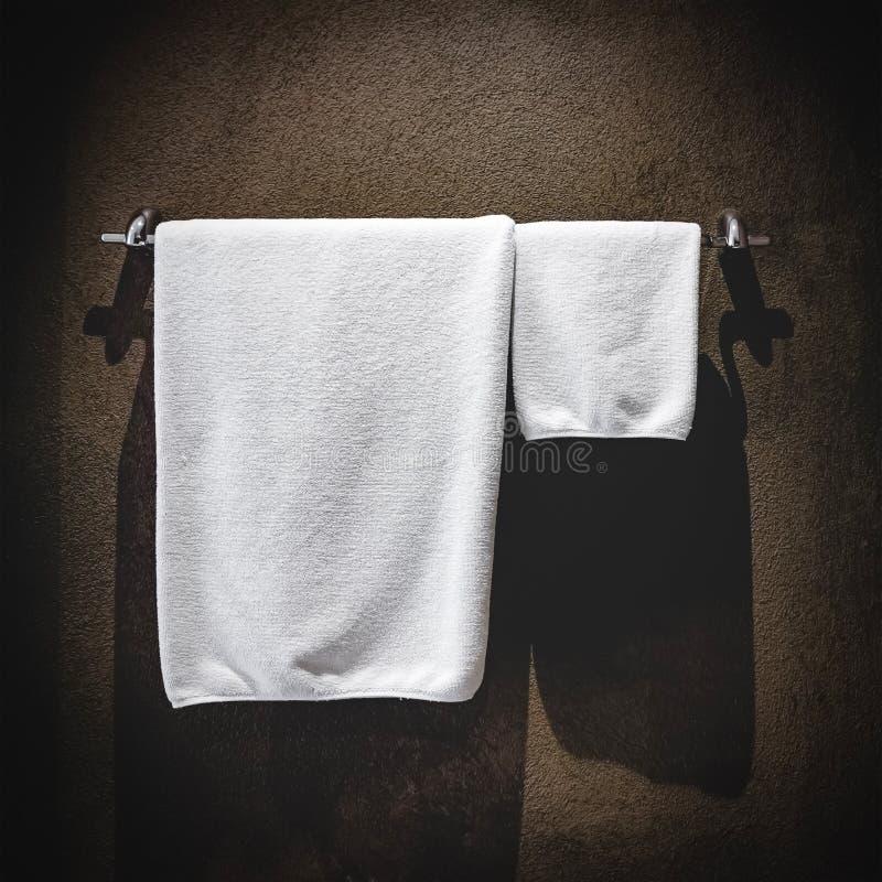 Πετσέτες που κρεμούν στο λουτρό στοκ εικόνες με δικαίωμα ελεύθερης χρήσης