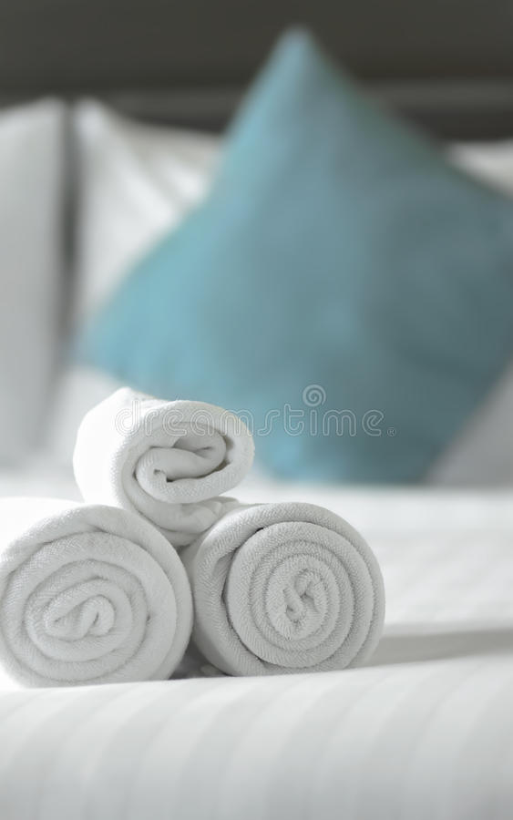 Πετσέτες στο κρεβάτι στοκ εικόνα