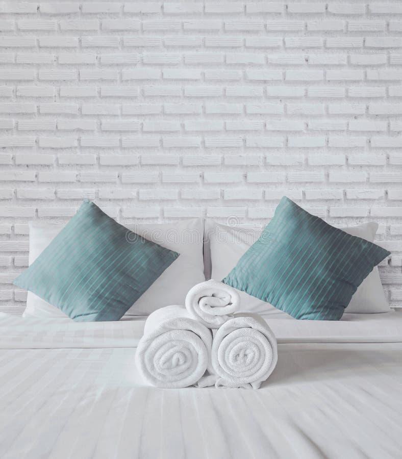 Πετσέτες στο κρεβάτι στοκ φωτογραφία