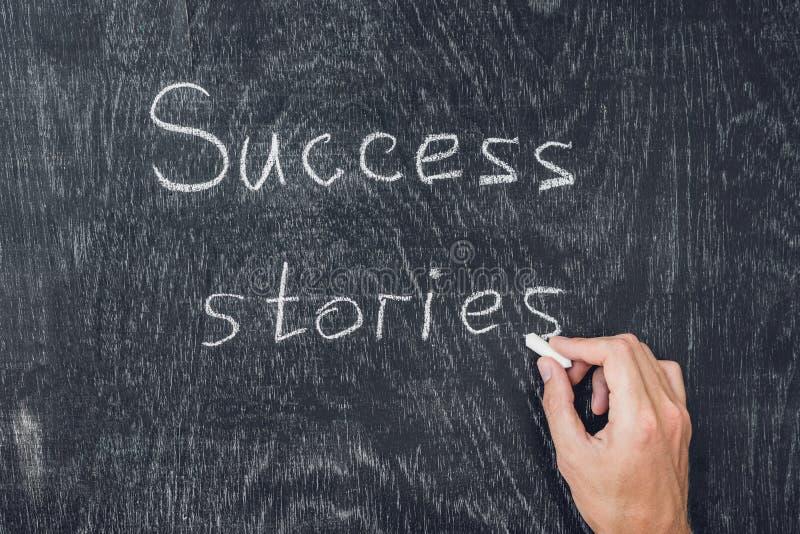 Πετυχημένες ιστορίες που γράφονται στον πίνακα που χρησιμοποιεί την κιμωλία στοκ εικόνες